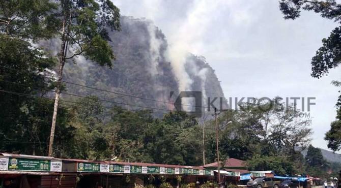 Kebakaran yang terlihat di bukit lembah Harau
