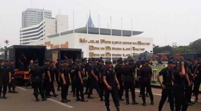Pasukan Brimob saat tiba di DPR menjelang aksi mahasiswa tolak RKUHP dan RUU KPK.