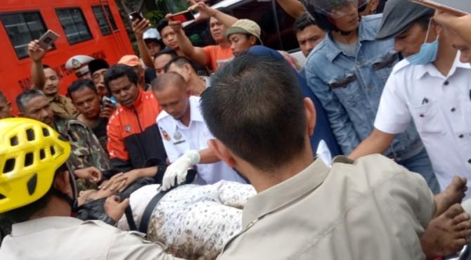 Ronal saat dievakuasi polisi dan BPBD Padang Panjang