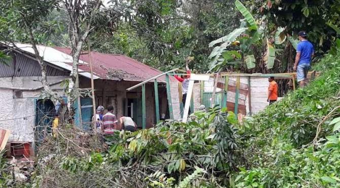 Tim BPBD Sawahlunto Bersama Warga Saat Membersihkan Rumah Sarina di Desa Talago Gunung, Kecamatan Barangin, Kota Sawahlunto
