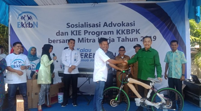 Anggota DPR RI Muhammad Iqbal menyerahkan sepeda kepada warga pada kegiatan sosialisasi advokasi dan KIE program  KKBPK di Agam.