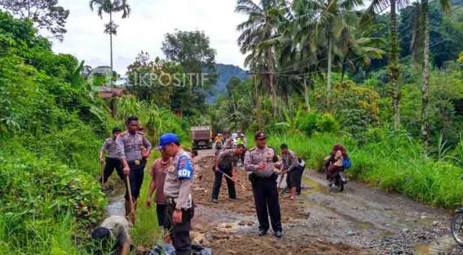 Petugas dari Polsek Sungai Pagu melakukan perbaikan jalan di Sungai Pagu.