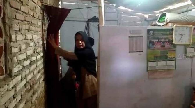 Nining, guru honorer di SD Negeri 3 Karya Buana, Kecamatan Cigeulis, Kabupaten Pandeglang, Banten, terpaksa tinggal di toilet sekolah.