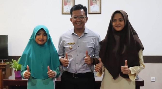 Dua atlet renang putri asal Kota Payakumbuh bersama Wakil Wali Kota, Erwin Yunaz.