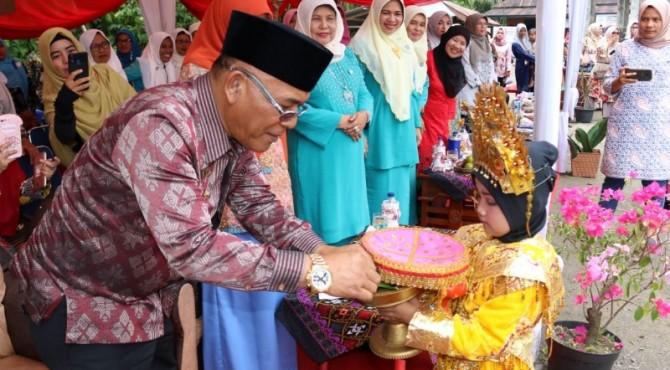Plt Bupati Pasaman Barat, Yulianto, saat mendampingi tim penilai Posyandu berprestasi tingkat Sumatera Barat (Sumbar) Tahun 2019