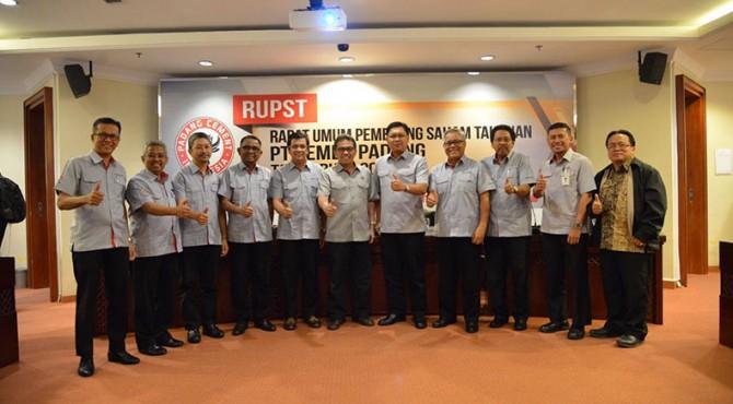 Jajaran komisaris, direksi sp diabadikan bersama pemegang saham, usai RUPST di Jakarta, Kamis, 30 Maret 2017