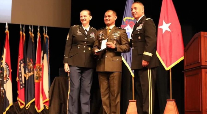 Mayor Inf Alzaki (tengah) usai menerima penghargaan International Badge dari US Army Command and General Staff Collage (CGSC)