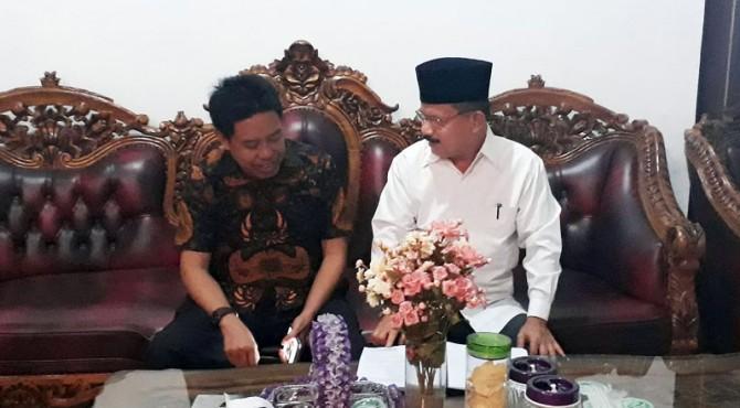 Bupati Padang Pariaman, Ali Mukhni saat menyampaikan permohonan kelanjutan pengaspalan jalan di depan BP2IP Tiram, Ulakan pada Kadis PUPR Sumbar Fathol Bari di Pendopo, Pariaman.