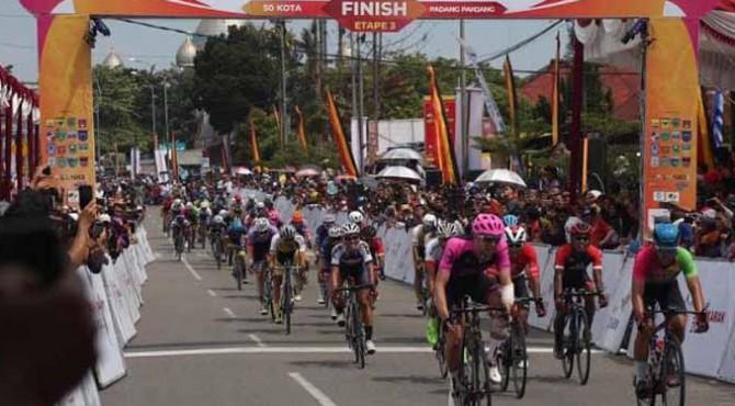 Pebalam memasuki garis finis di etape III TdS 2019