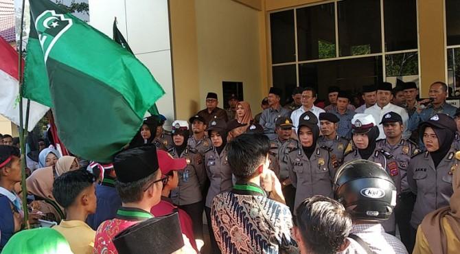 Aksi unjuk rasa mahasiswa di gedung DPRD Solok