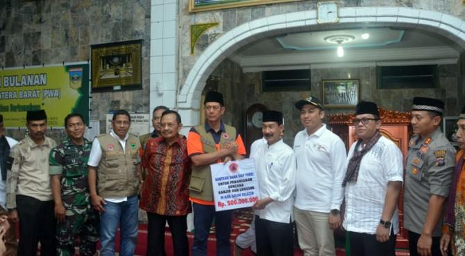 Kepala BNPB Doni Monardo menyerahkan bantuan penanganan Bencana Banjir dan lonsor senilai Rp500 juta kepada Bupati Solok Selatan Muzni Zakaria di Masjid Alam surambi Sungai Pagu Jum'at (13/12/2019).�