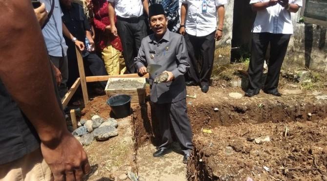 Bupati Sijunjung Yuswir Arifin Saat Peletakan Batu Pertama PAUD Al Hidayah di Jorong Batu Gandang, Nagari Limo Koto, Kecamatan Koto VII, Rabu 10 Juli 2019