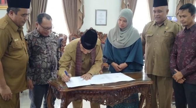 Bupati Solsel Muzni Zakaria bersama Ketua KPU Solsel Nila Puspita menandatangani NPHD Pilkada 2020 sebesar Rp16 miliar, diruang kerja Bupati di Padang aro, Senin 18 November 2019