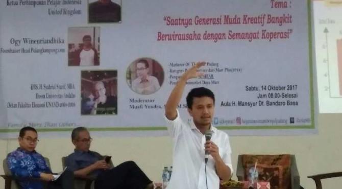 Faldo Maldini, pendiri Pulangkampuang.com dan direktur di 14 perusahaan Langgar Group, membagikan pengalamannya sebagai pengusaha kepada anggota Kopma UIN IB Padang di kampus tersebut, Sabtu (14/10).