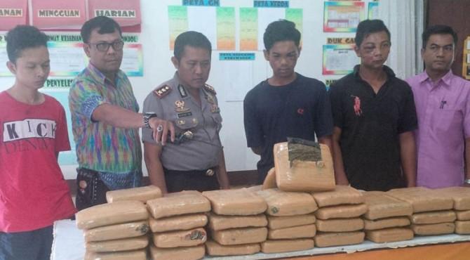Barang bukti yang diamankan polisi dari ketiga tersangka pengedar ganja di Pasaman.