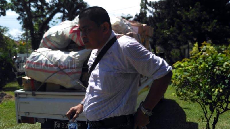 Petugas kepolisian menyita obat-obatan yang berada di gudang penyimpanan tak berizin di Jalan Kartini, Padang.