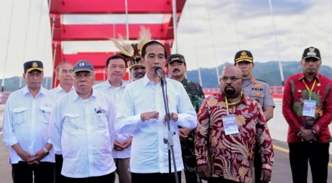 Presiden Jokowi saat meresmikan Jembatan Youtefa