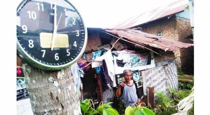 Buyuang Ali (62) warga Kota Pariaman yang menghuni gubuk reok nan penuh tambal, lantai beralasan tanah