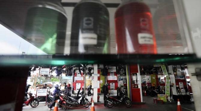 BBM | Pengendara motor mengisi BBM kendaraannya di SPBU Cikini, Jakarta, Kamis (31/3). Pemerintah menurunkan BBM jenis premium dari Rp 6.950 menjadi Rp6.450 dan solar dari Rp5.650 menjadi Rp5.150 per 1 April 2016.