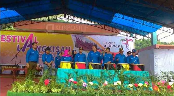 Pembukaan Festival Langkisau 2017 ditandai dengan pemukulan gendang.