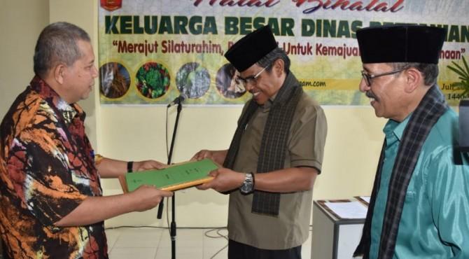 Sekda Agam Martias Wanto Menerima sertifikat dari Kementan
