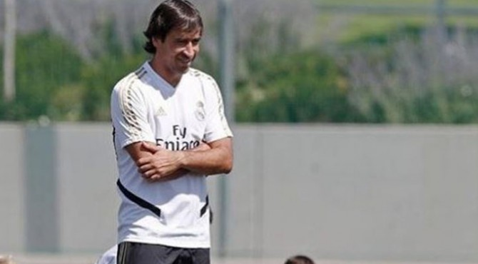 Legenda Real Madrid, Rau Gonzalez, saat memberi arahan kepada pemain Real Madrid Castilla.