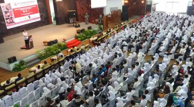 Seribuan pelajar dan mahasiswa berprestasi di Kota Padang mendengar sambutan Kepala Departemen Komunikasi dan Sarana Umum (KSU) Ampri Setiawan di gedung GSG PT Semen Padang