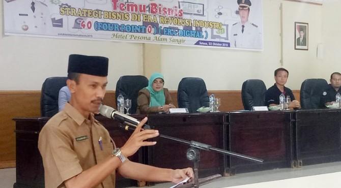 Sekretaris Daerah Solok Selatan Yulian Efi membuka Kegiatan Temu Bisnis dan Strategi Bisnis Era digital 4.0 di Hotel Pesona Alam Sangir Padang Aro, Selasa (22/10)