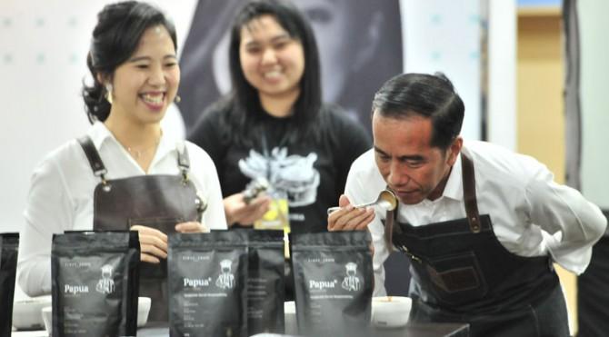 Presiden Jokowi mencium aroma kopi yang disajikan dalam pembukaan Festival Terampil 2019, di Kota Kasablanka, Jakarta, Sabtu (9/2)