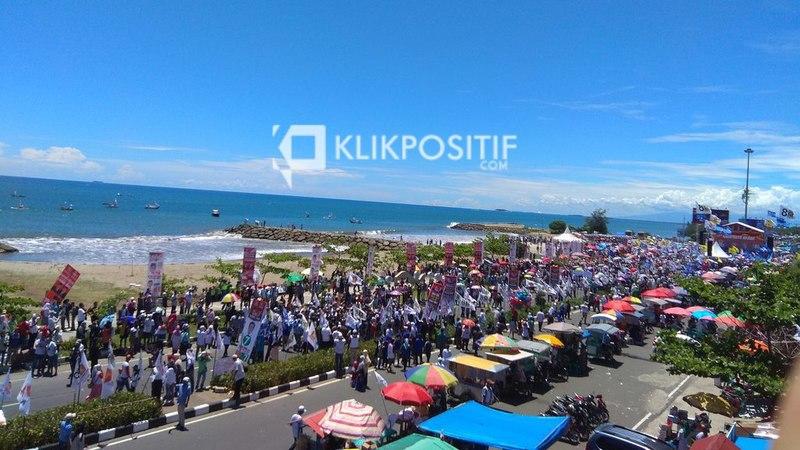 Massa saat kampanye akbar Prabowo Subianto di Danau Cimpago, Pantai Purus, Kota Padang, Selasa, 2 April 2019