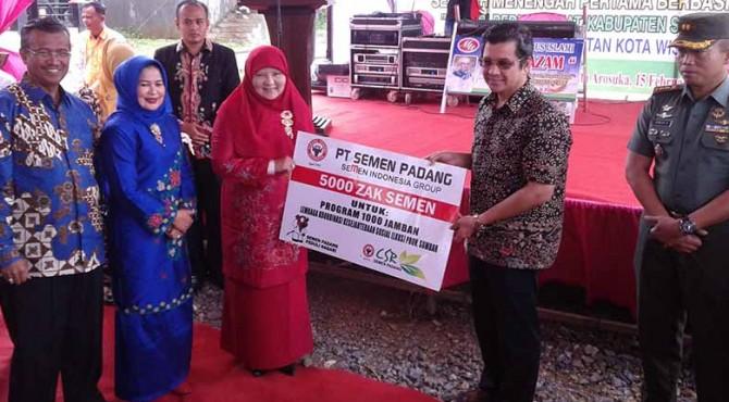 Dirut Semen Padang Benny Wendri menyerahkan bantuan secara simbolis kepada ketua LKKS Sumbar Ny. Nevy Irawan Prayitno, didampingi Dandim 0309 Solok Letkol Inf. Irwan Harjatmono