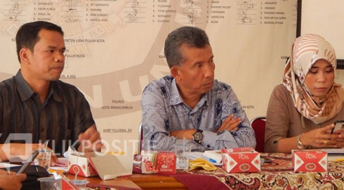 Ketua KPU Limapuluh Kota, Masnijon (tengah).