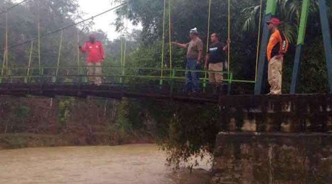 Personel TRC Semen Padang meninjau salah satu jembatan di Kabupaten Limapuluh Kota