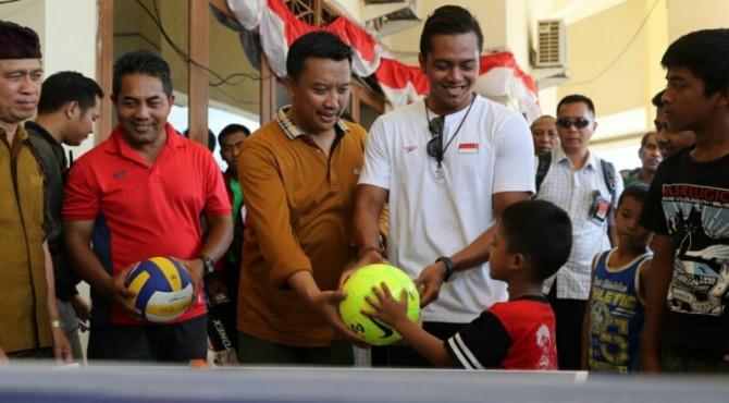 Menpora Bagikan Bola Kepada Anak-anak di Pengungsian