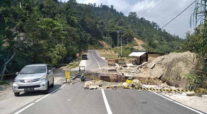 Pengerjaan jalan di kawasan Mandeh yang akan dilalui pebalap TdS 2019.