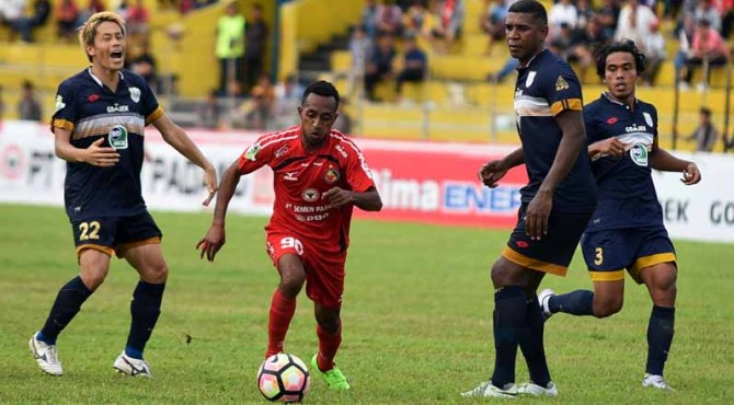 Boaz Atururi saat berseragam Semen Padang FC musim 2017/2018 lalu.