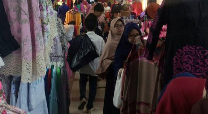 Transaksi jual beli pakaian di Pasar Tanah Abang, Kamis (15/6)
