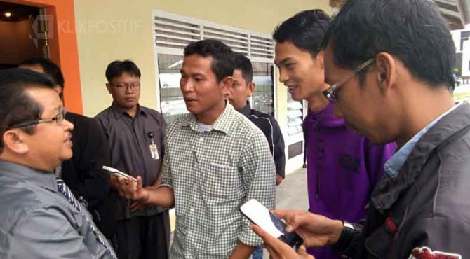 Sekda Pasaman saat diwawancarai wartawan terkait lanjutan pemeriksaan kasus dugaan asusila PNS.