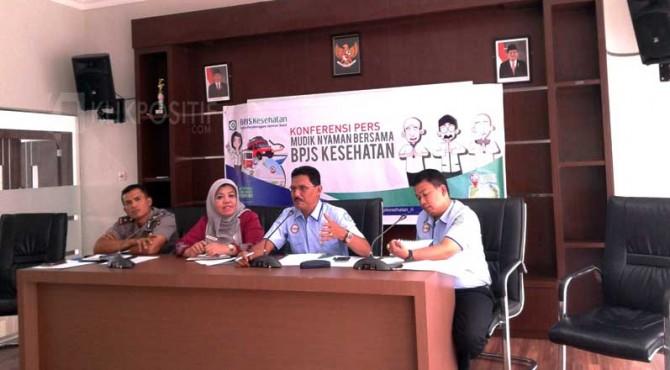 Kepala BPJS Ksehatan Cabang Solok Ardiansyah bersama Wakapolres Kompol Sumintak dan lainnya memberikan keterangan pada wartawan.