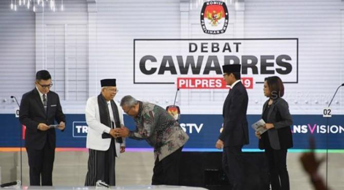 Ketua KPU, Agus Rahardjo bersalaman dengan Maaruf Amin disaksikan Sandiaga Uno dan dua moderator debat.