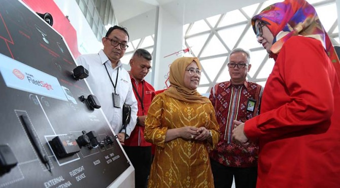 Direktur Utama Telkomsel Emma Sri Martini (kanan) dan Direktur Utama PT Pertamina Patra Niaga Nina Sulistyowati (kiri) usai penandatanganan nota kesepahaman antara Telkomsel dengan Pertamina Patra Niaga di Jakarta (2/9).