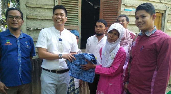 Kadis Sosial P3A Padang Pariaman, Hendra Aswara beri bantuan pada Buk Nel, warga miskin di Sungai Geringging