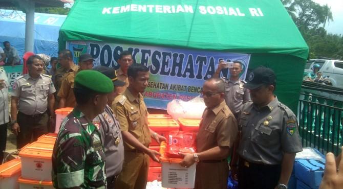 Penyerahan bantuan dari Pemkab Pessel kepada korban abrasi pantai