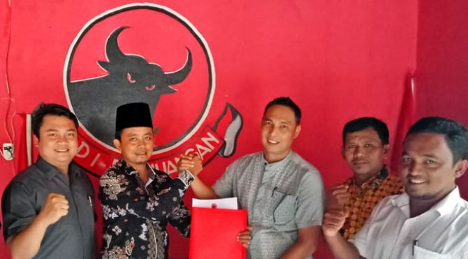 Samsiwan Rangkayo Mudo (berpeci) salah seorang kandidat Balon Bupati Pasbar yang mendaftar ke PDIP