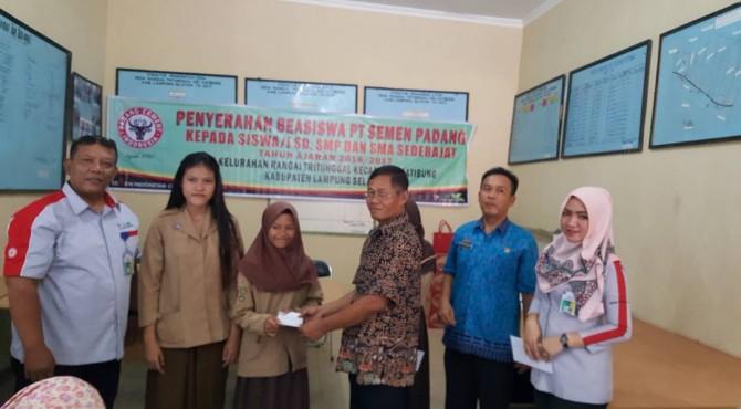 Perwakilan Semen Padang Lampung, Dimo Nugroho, menyerahkan secara simbolis beasiswa kepada salah satu pelajar berprestasi.