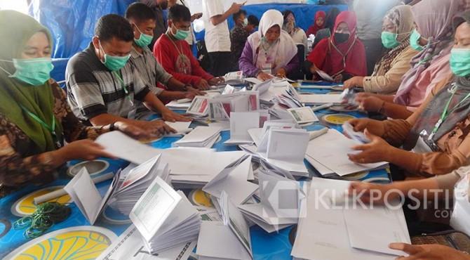 Proses pelipatan surat suara di Lantai II KPU Kota Payakumbuh, beberapa waktu lalu.