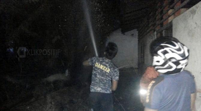 Petugas Damkar memadamkan kebakaran yang menimpa sebuah ruangan di SD 09 Kinali.