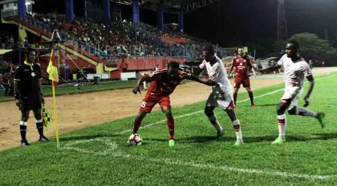 Didier Zokora mempertahankan bola di sudut kanan pertahanan Persipura.
