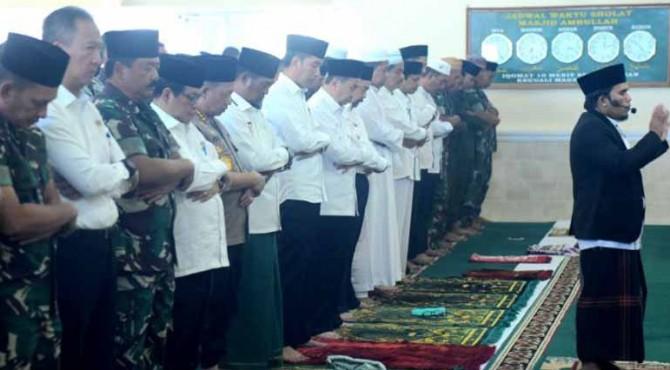 Presiden Jokowi didampingi bersama para pejabat dan masyarakat melaksanakan Salat Istisqa di Masjid Amrullah, Komplek Pangkalan TNI Angkatan Udara Roesmin Nurjadin, Pekanbaru, Riau, Selasa (17/9) pagi