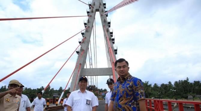 Bupati Dharmasraya Sutan Riska Tuanku Kerajaan meninjau Jembatan Sungai Dareh.